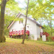 リフォーム済みの2LDK+S。木立に囲まれた静かな別荘地です。